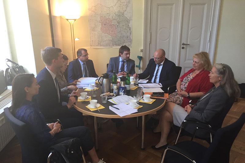 Arbeitsbesuch zum Thema Frauenrechte: die belarussischen Gäste im Gespräch mit Ramona Pisal (rechts), Präsidentin des Landgerichts Cottbus