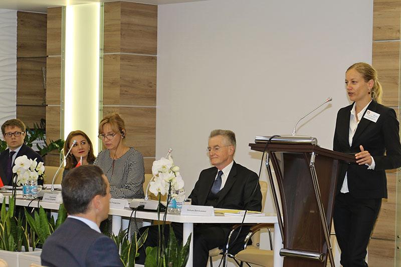 Konferenz zum Notarrecht: am Rednerpult Silke Bellmann, Deutsche Botschaft Minsk; daneben sitzend: Richard Bock, Vizepräsident der Bundesnotarkammer