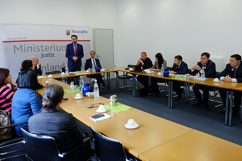 Secretary of State Philipp Fernis welcoming the Kazakh guests to the Ministry of Justice for Rhineland-Palatinate