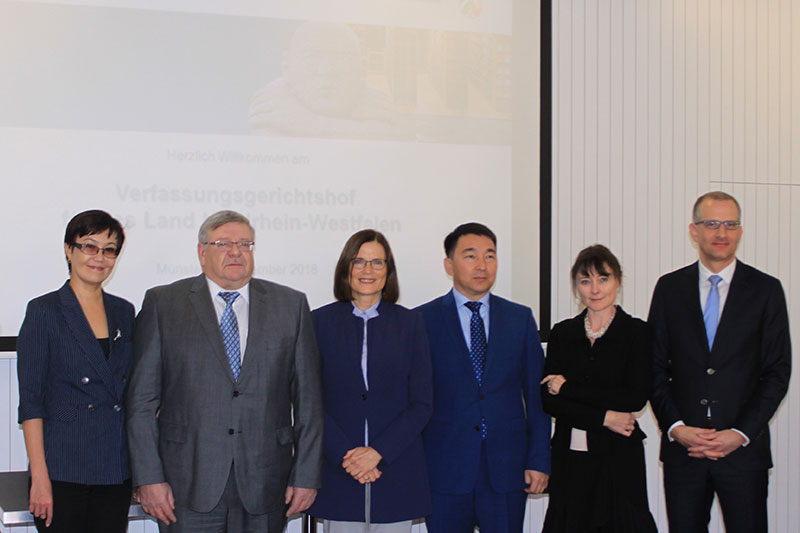At the Administrative Court (VerfGH) for NRW: Jogan Merkel (2nd from left), member of the Constitutional Council of the Republic of Kazakhstan, and Dr. Ricarda Brandts, President of the VerfGH/ OVG NRW (on his right)