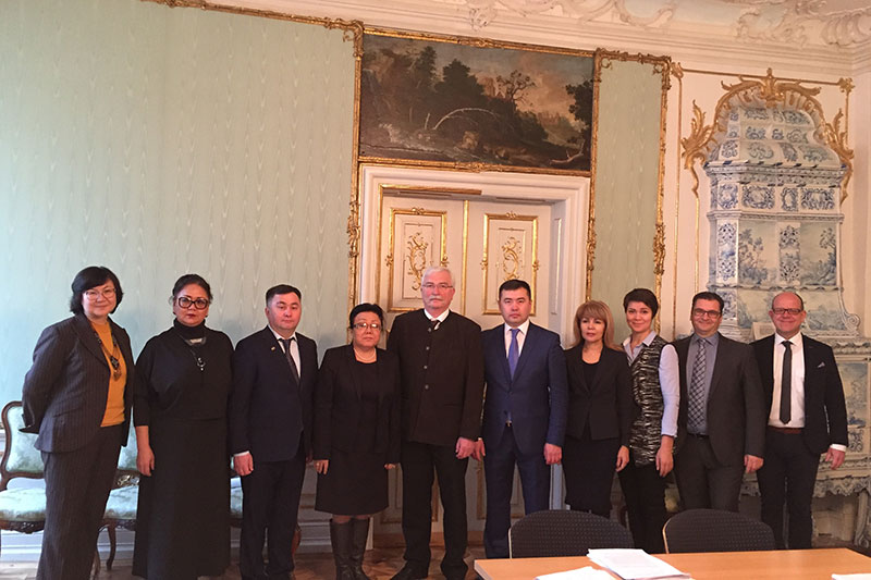 Visit to the Regional Court of Kempten: the Kazakh delegation with Dr. Johann Kreuzpointner (centre), President of the Regional Court of Kempten