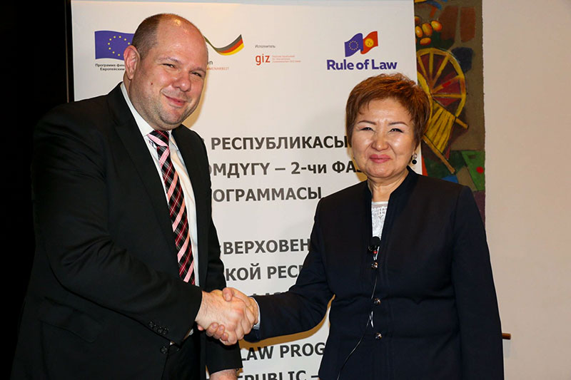 Christoph Kopecky, a long-term expert on secondment from the IRZ for the EU programme to promote the rule of law in Kyrgyzstan, and Gulbara Kalieva, President of the Supreme Court