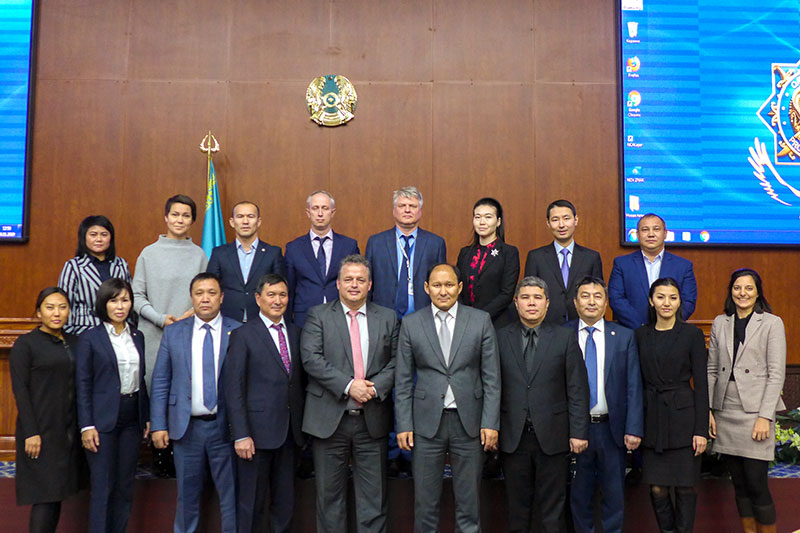Participants in the seminar with speakers Jens Friedemann (1st row, centre), BFU Aircraft Accident Investigator, and Nurlan Akkulow (on his left), Chief Investigator at the Kazakh Air Accident Investigation Authority