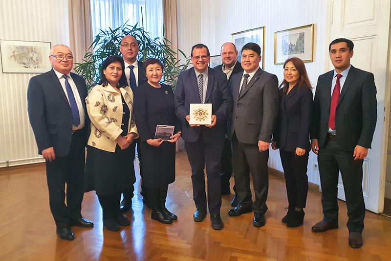 The Kyrgyz judicial delegation visiting the Regional Court for criminal cases in Vienna in December 2019 to discuss the digitalisation of the justice system: Mag. Friedrich Forsthuber (centre), President of the Regional Court; Gulbara Kalieva (on his left), President of the Supreme Court of Kyrgyzstan; Christoph Kopecky (rear, centre), a long-term expert on secondment from IRZ for the EU programme to promote the rule of law in Kyrgyzstan