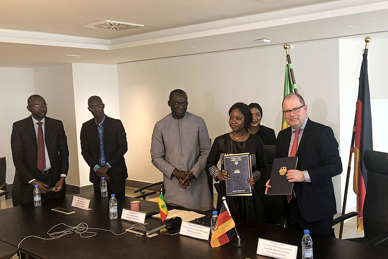 The Parliamentary State Secretary of the Federal Ministry of Justice and Consumer Protection, Christian Lange, MdB, and the State Secretary of the Senegalese Ministry of Justice, Aïssé Tall, during the signing of the joint work programme at the Senegalese Ministry of Justice (photo: BMJV)
