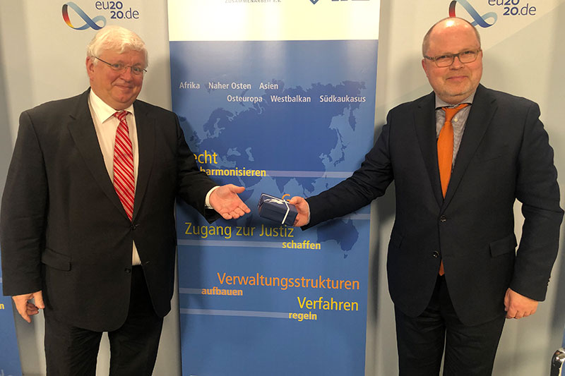 The newly elected President of the IRZ Board of Trustees, Parliamentary State Secretary Christian Lange (on the right), with his predecessor, Dr. Jörg Freiherr Frank von Fürstenwerth, during the board meeting held on 16 November 2020 in Berlin