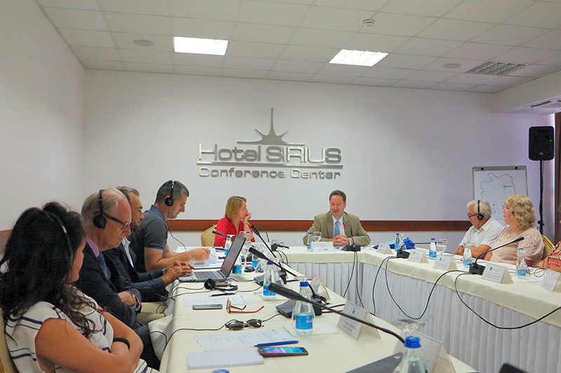 "Professor Dr. Jan Bergmann (head table, right) during the seminar on the topic ""Constitutional court media work"" in Pristina"