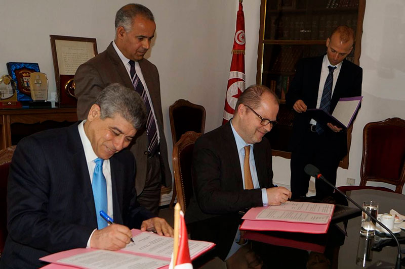 Signing a Memorandum of Understanding between the Tunisian Ministry of Justice and the BMJV: Ghazi Jeribi, Minister of Justice of the Republic of Tunisia; Christian Lange, Parliamentary Secretary of State at the German Federal Ministry of Justice and Consumer Protection and vice-president of the board of trustees, IRZ (seated from left to right)