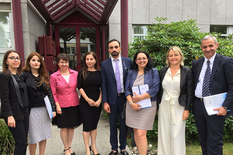 Delegation of the Armenian Ministry of Justice in front of the IRZ in Bonn: Martina Erb-Klünemann, judge at the Local Court in Hamm and liaison judge (2 nd from right)