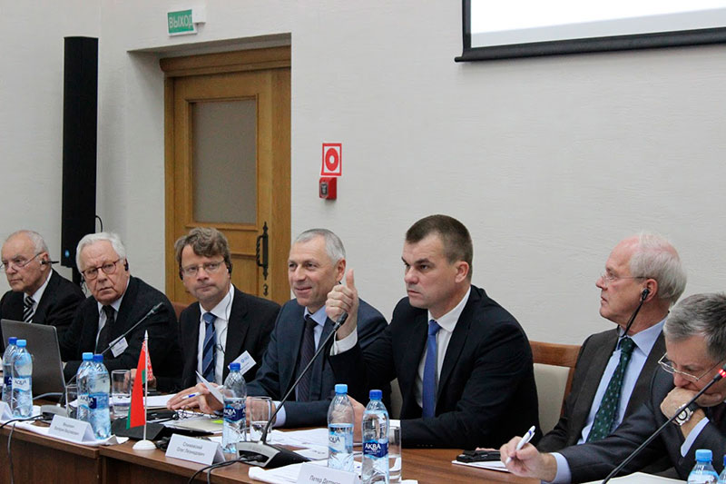 Expert talk on court mediation in Minsk: Peter Dettmar, German Ambassador; Oleg Slizhevsky, Minister of Justice of the Republic of Belarus; Valery Mitskevich, Deputy Head of the Belarusian Presidential Administration; Wolfram Hertig, IRZ; Edgar Isermann, former President of the Higher Regional Court Braunschweig (from right to left)