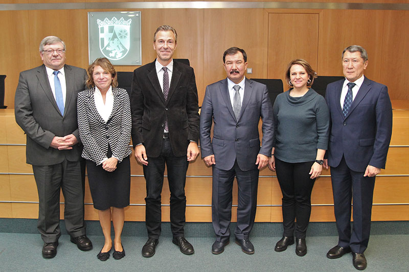 "Working visit by a delegation of the Constitutional Council of the Republic of Kazakhstan on the topic of ""Regional constitutional court jurisdiction in Germany"" at the Constitutional Court of Rhineland-Palatinate: President of the Constitutional Court of Rhineland-Palatinate, Dr. Lars Brocker, (3 rd from left)"