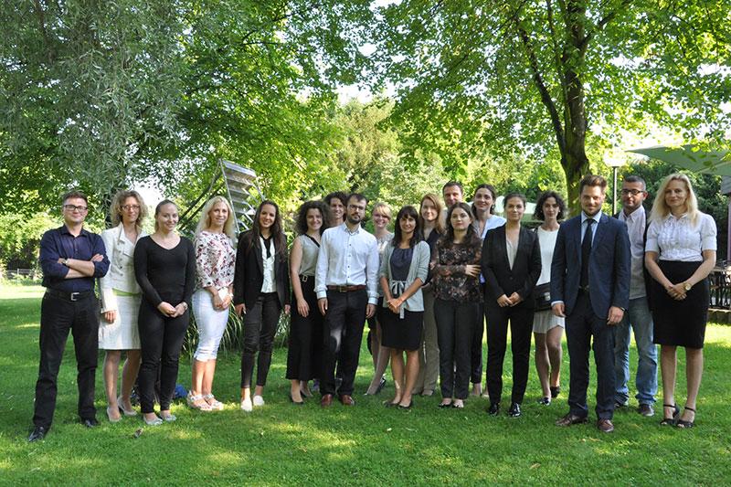 Teilnehmerinnen und Teilnehmer des Hospitationsprogramms für Rechtsanwältinnen und Rechtsanwälte mit Nicolas Schaeffer (3.v.r.) und Leonie Lockau (5.v.r.) vom Deutschen Anwaltverein