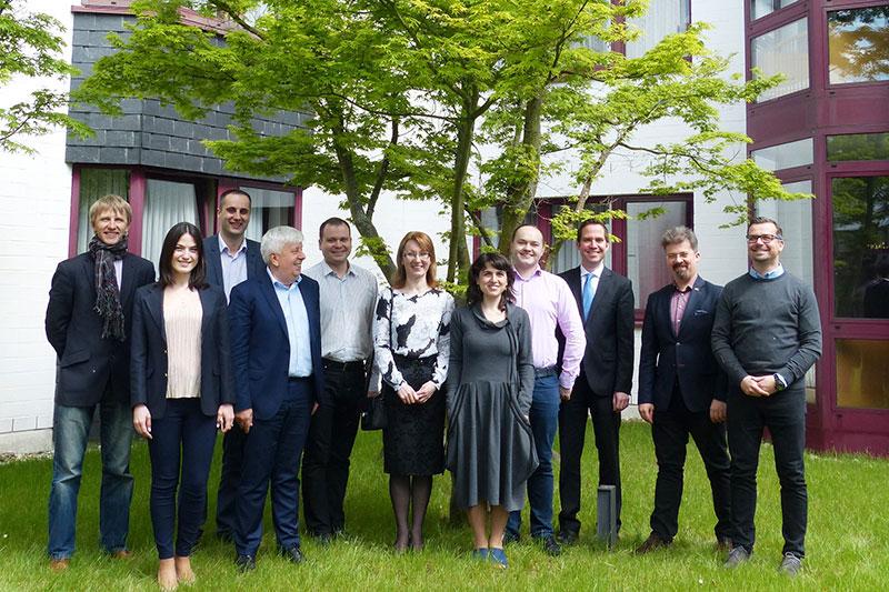 Teilnehmerinnen und Teilnehmer des Hospitationsprogramms für Verwaltungsrichterinnen und Verwaltungsrichter beim Einführungsseminar in Königswinter mit Dr. Jan Duikers, RiVG (3.v.r.)