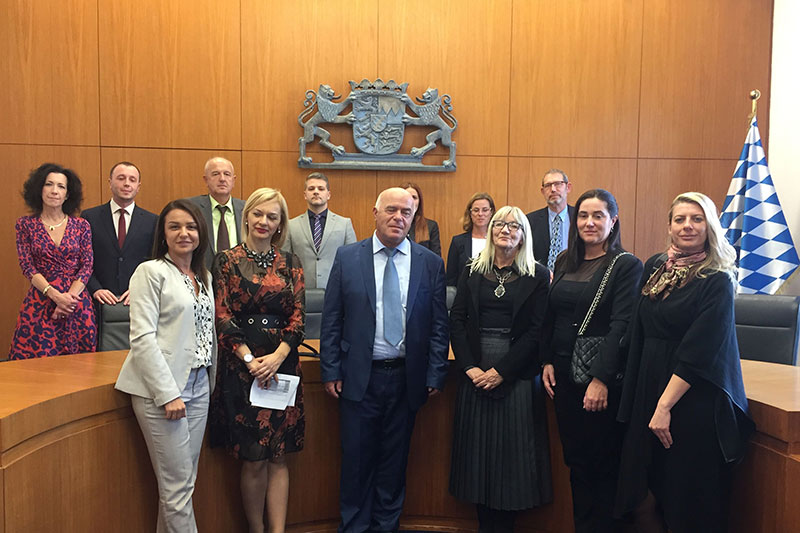 Participants in the study visit on judicial negotiations in civil law in the courtroom of the Bavarian Constitutional Court