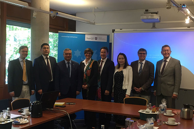 Delegation of the Academy of Justice at the Supreme Court visiting the Thuringian Ministry for Migration, Justice and Consumer Protection: Inka Strack (centre), Head of Division Court Organisation; Sagatbek Suleimen (to the left), Supreme Court Judge of the Republic of Kazakhstan and head of the delegation; Head of Directorate Thomas Kunz (2nd from the right), Head of the Central Department