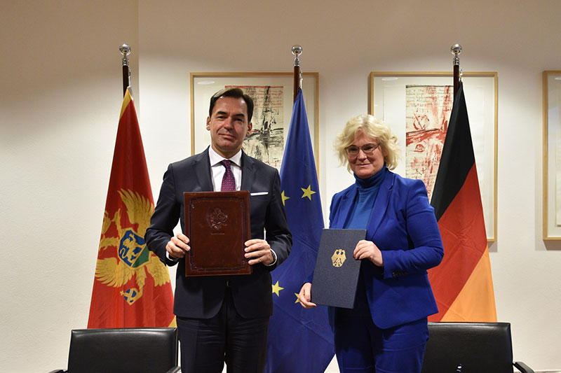 After signing the second work plan, valid until the end of 2021, in regard to the Joint Declaration from 2014: Montenegrin Justice Minister Zoran Pažin and Federal Minister of Justice and Consumer Protection Christine Lambrecht (photo: Reiner Habig, BMJV)
