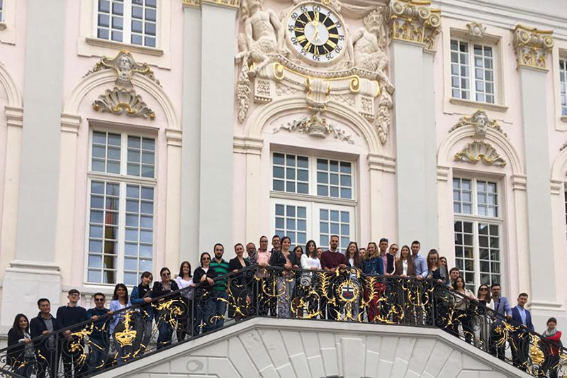 "Participants of the ninth ""IRZ Summer School German Law"" on the steps of the old town hall in Bonn"